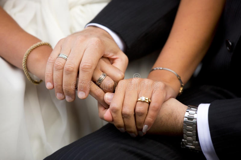 Mani della sposa e sposo, uomo e donna con le fedi nuziali immagini stock libere da diritti