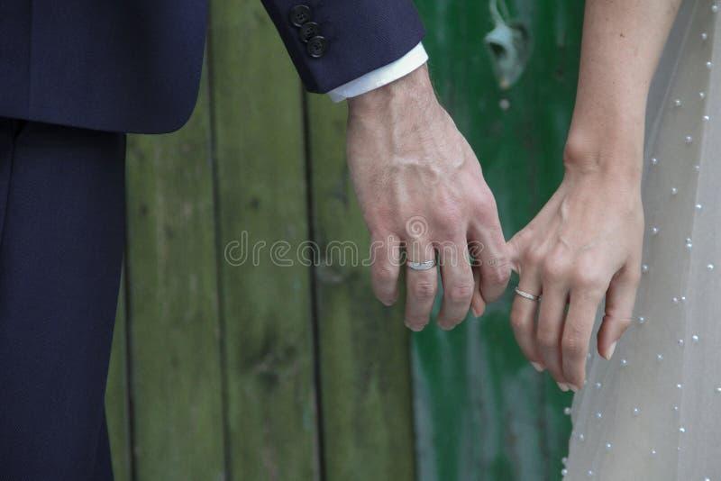 Mani delle coppie di nozze fotografia stock