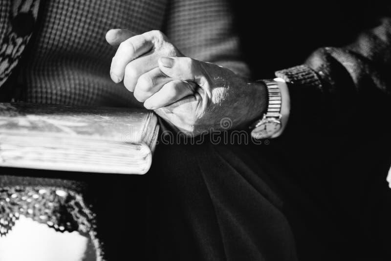 Mani delle coppie senior immagine stock libera da diritti