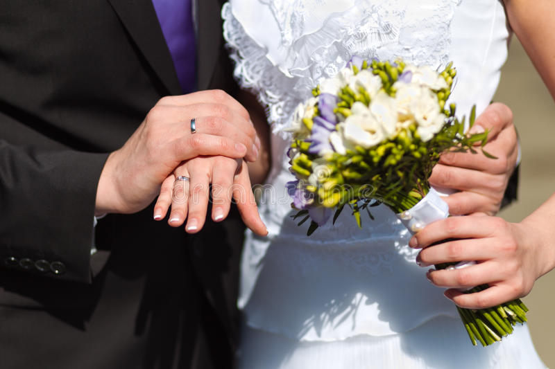 Mani delle coppie su nozze immagini stock