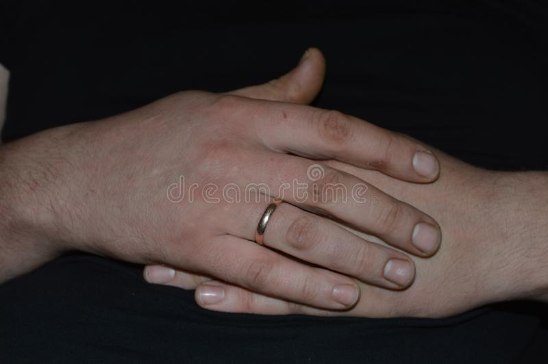 Mani delle mani del ` s dell'uomo dell'uomo immagini stock