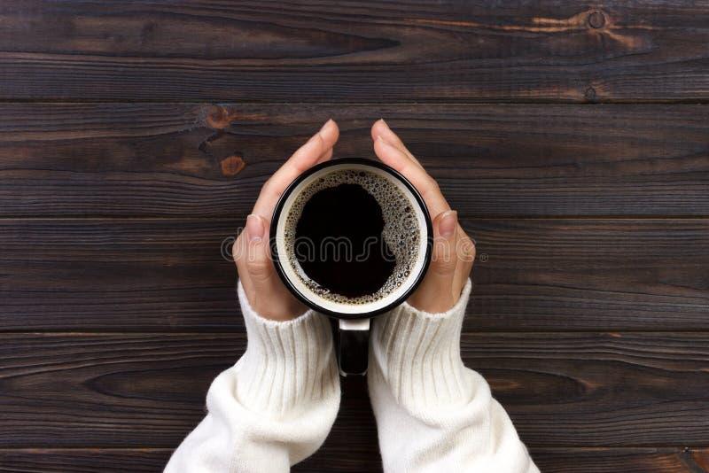 Mani delle donne con caffè raccolta delle bacche di caffè dalle mani dell'agricoltore fotografia stock libera da diritti