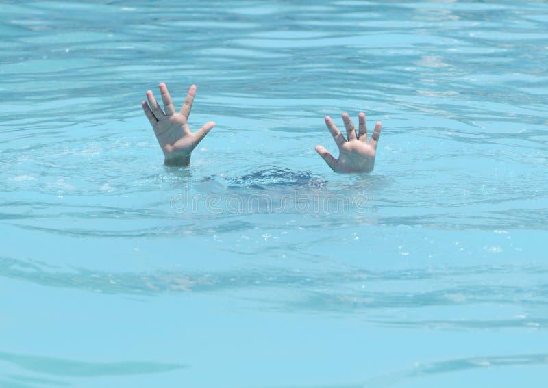 Mani di annegamento del ragazzo immagine stock