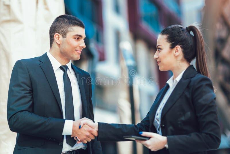 Mani di And Businesswomen Shaking dell'uomo d'affari fotografia stock