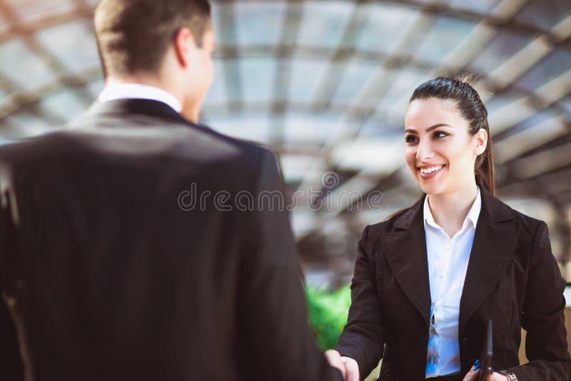 Mani di And Businesswomen Shaking dell'uomo d'affari immagine stock