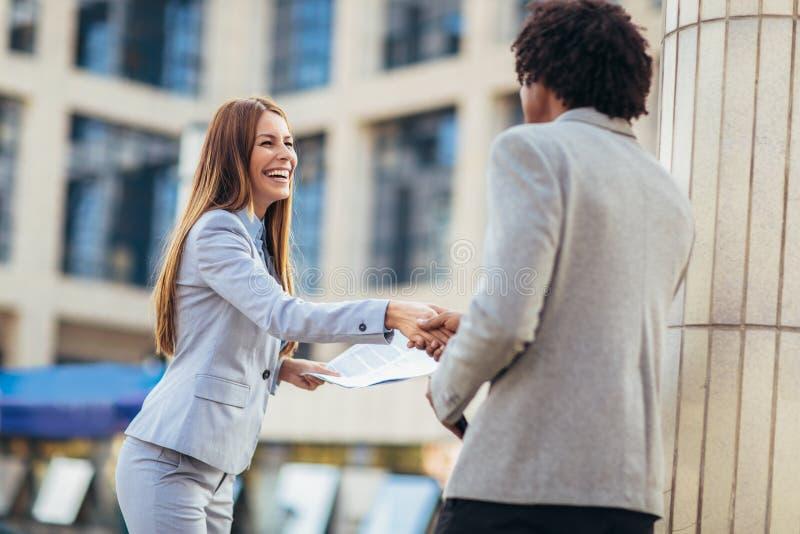 Mani di And Businesswomen Shaking dell'uomo d'affari fotografia stock libera da diritti
