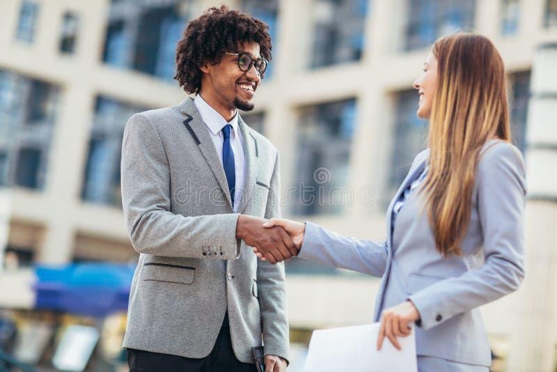 Mani di And Businesswomen Shaking dell'uomo d'affari immagine stock libera da diritti