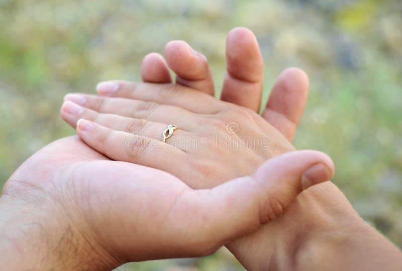 Mani di cerimonia nuziale fotografie stock