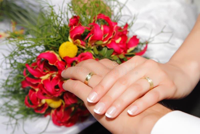 Mani di cerimonia nuziale con gli anelli fotografia stock libera da diritti