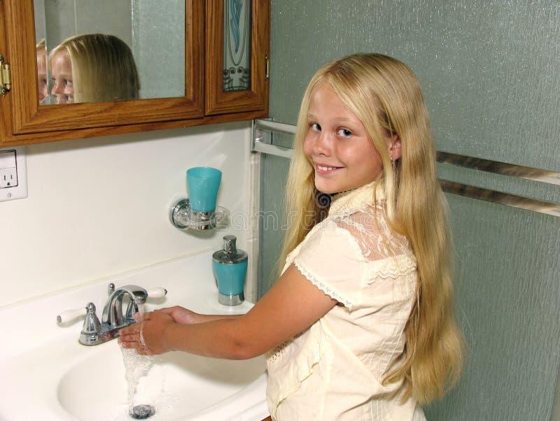 Mani di lavaggio del bambino fotografia stock libera da diritti