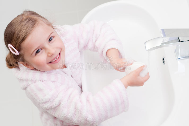 Mani di lavaggio della bambina fotografia stock libera da diritti