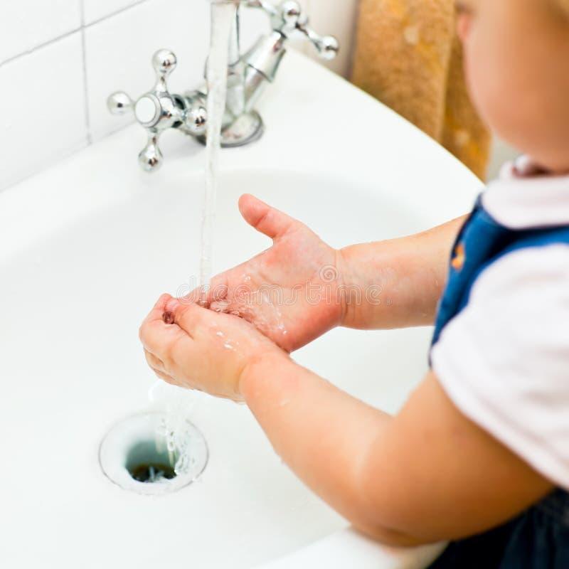 Mani di lavaggio della bambina fotografie stock