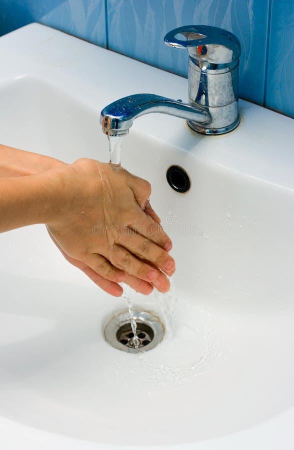 Mani di lavaggio in bagno fotografia stock