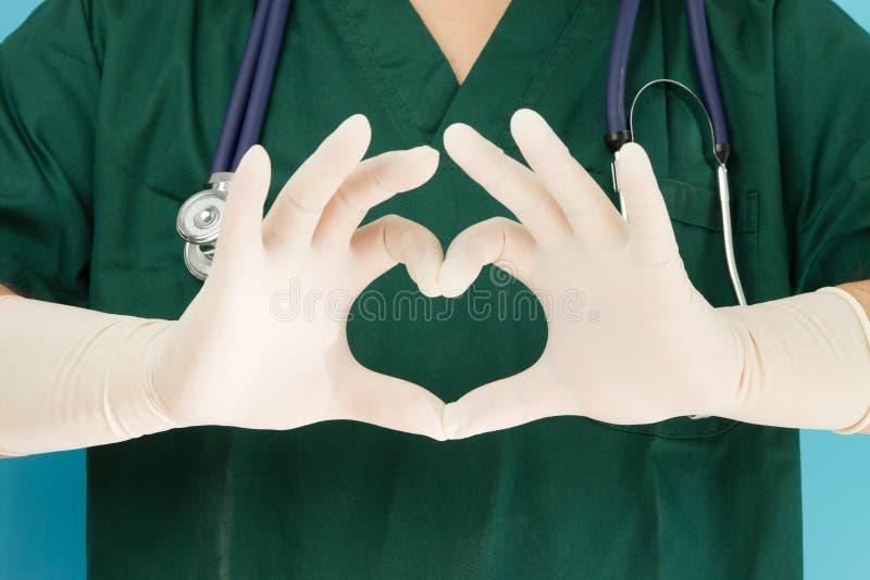 Mani di medici che rendono in forma di cuore fotografia stock