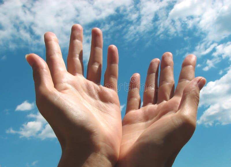 Mani di preghiera dal cielo immagine stock libera da diritti