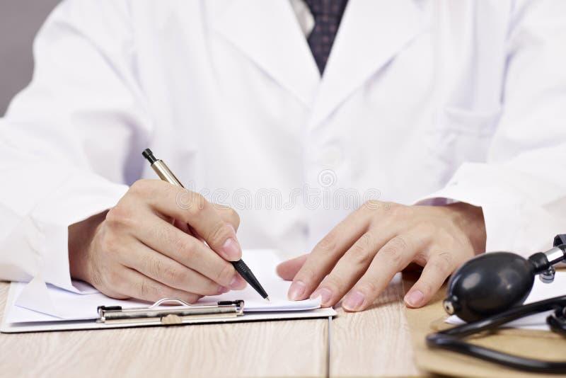 Mani di scrittura di medico fotografie stock
