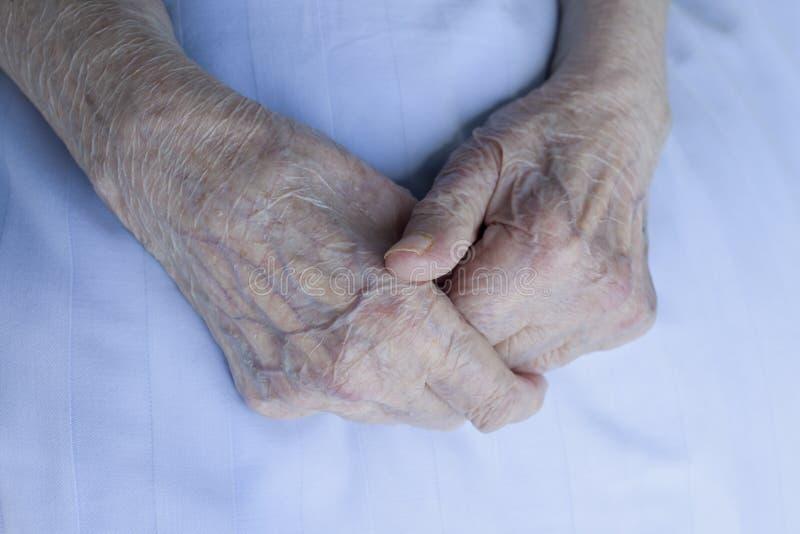Mani di signora anziana immagini stock libere da diritti