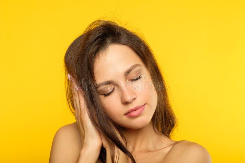 Mani di sonno della donna di calma del contenuto di sogni dolci immagini stock libere da diritti