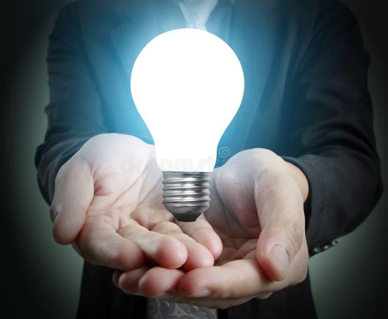 Mani di tenuta della lampadina illustrazione di stock