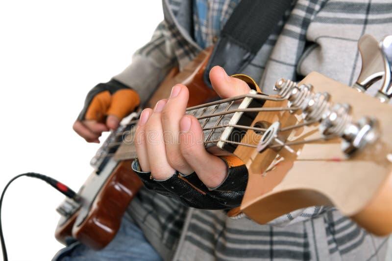 Mani di un musicista della roccia fotografia stock libera da diritti