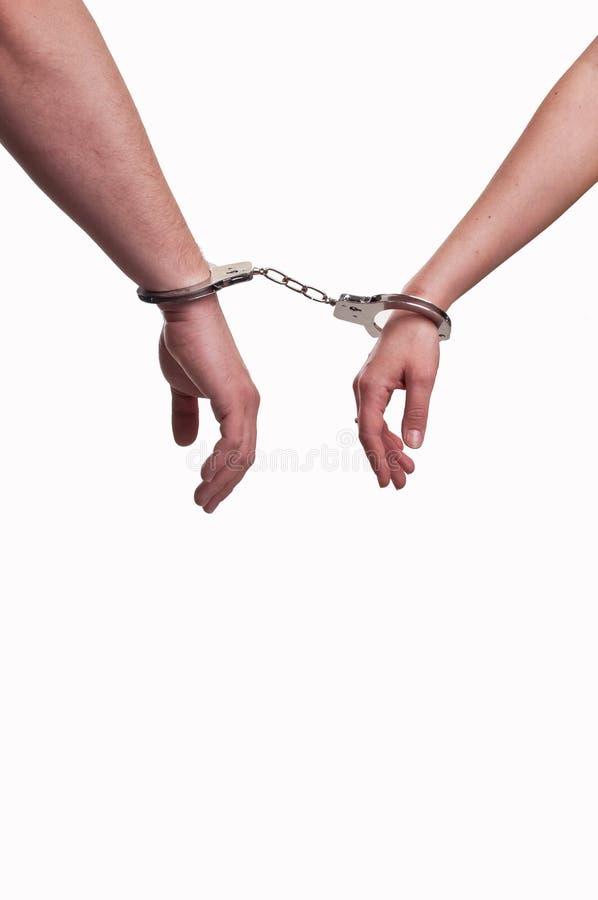 Mani di un uomo e di una donna in manette - concetto di relazione fotografie stock libere da diritti