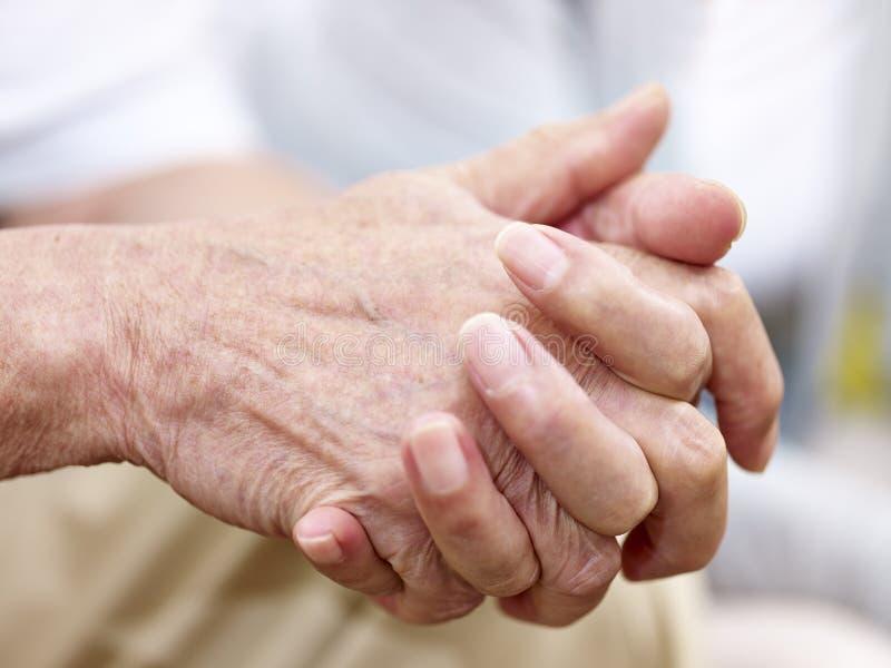 Mani di un uomo senior immagine stock