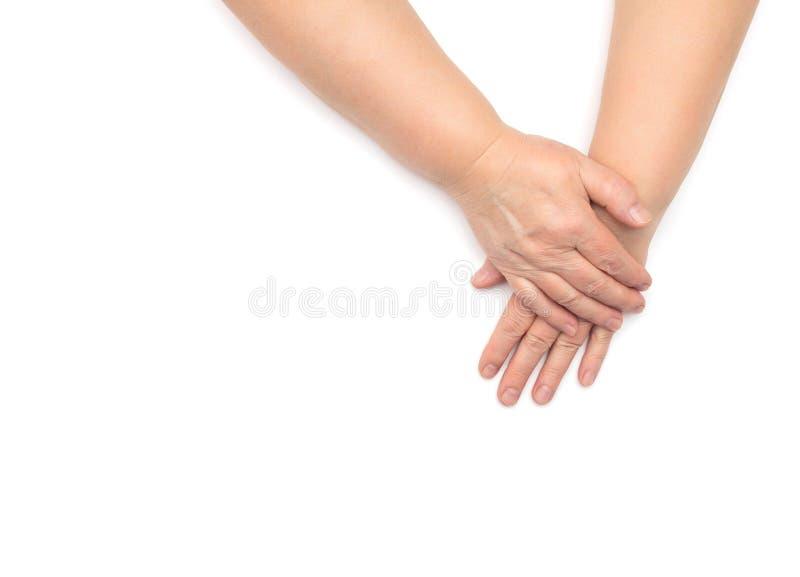 Mani di una donna nell'età con pelle incrinata ed asciutta disidratata su un fondo bianco, isolato, spazio della copia, assorbime fotografie stock