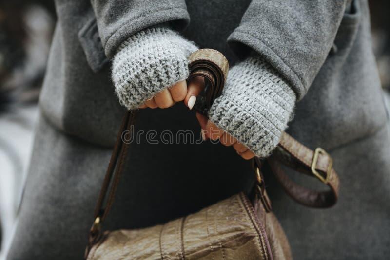 Mani di una ragazza che tiene una borsa, autunno, molla fotografia stock