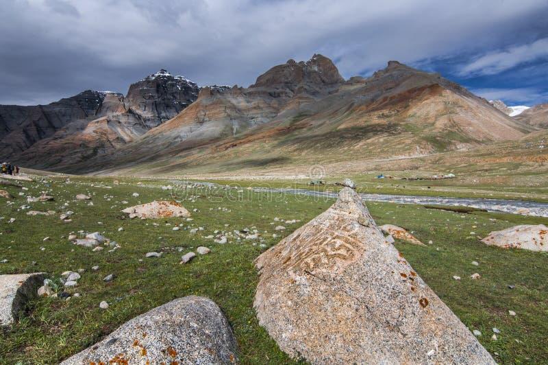 Mani dryluje, Kamienny cyzelowanie Chenrisig mantra, Mt Kailash, Tybet zdjęcie royalty free