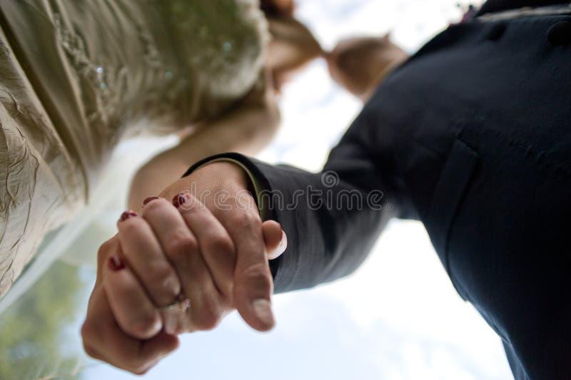 Mani e baciare della holding delle coppie immagine stock libera da diritti