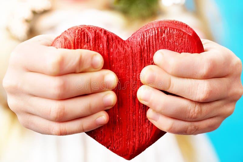 Mani e cuore fotografie stock
