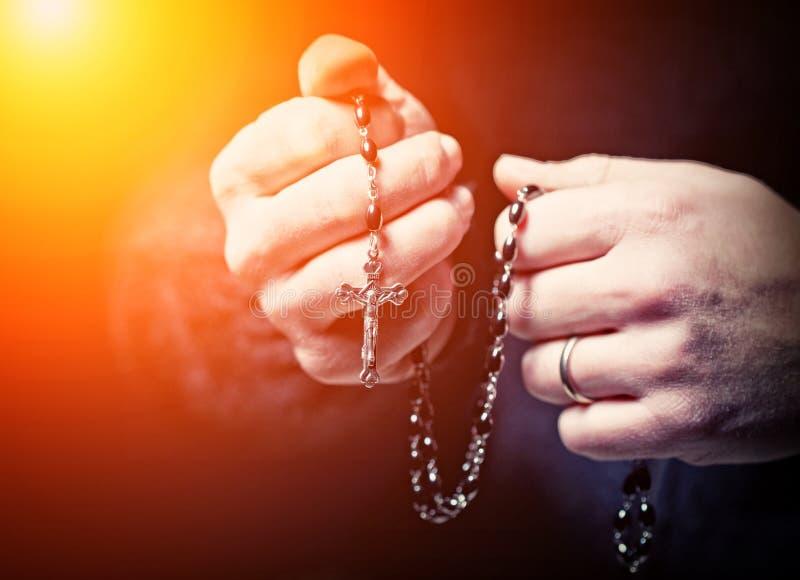 Mani e rosario fotografie stock libere da diritti