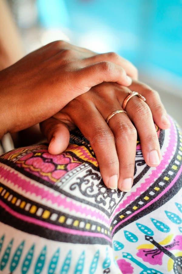 Mani ed anelli indiani del ` s della donna immagini stock libere da diritti