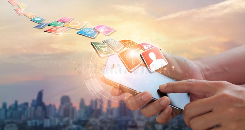 Mani facendo uso dei pagamenti mobili, vendita di Digital Rete bancaria Acquisto in linea fotografia stock