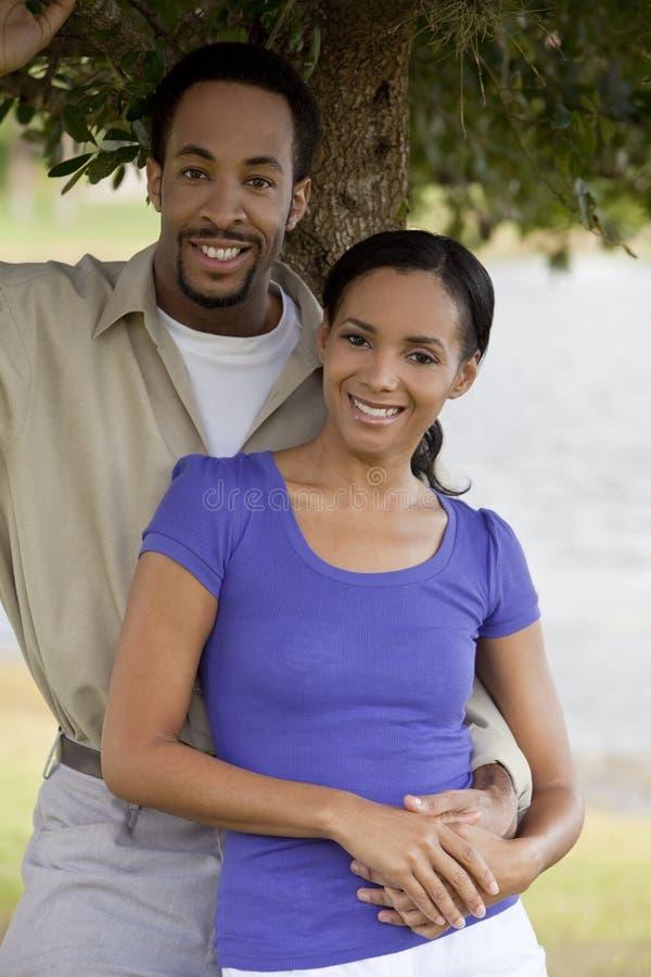 Mani felici della holding delle coppie dell'afroamericano fotografia stock