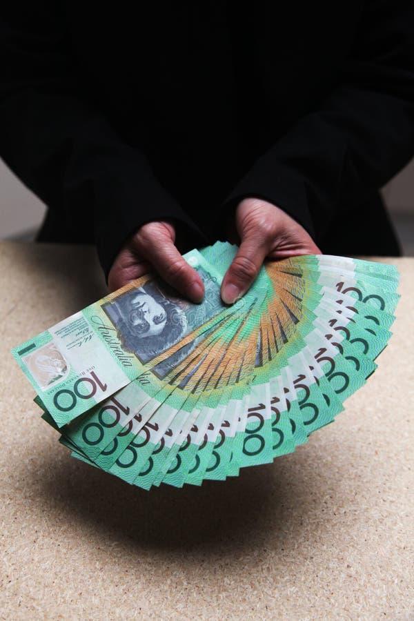 Mani femminili che contano australiano 100 dollari di fatture fotografia stock libera da diritti