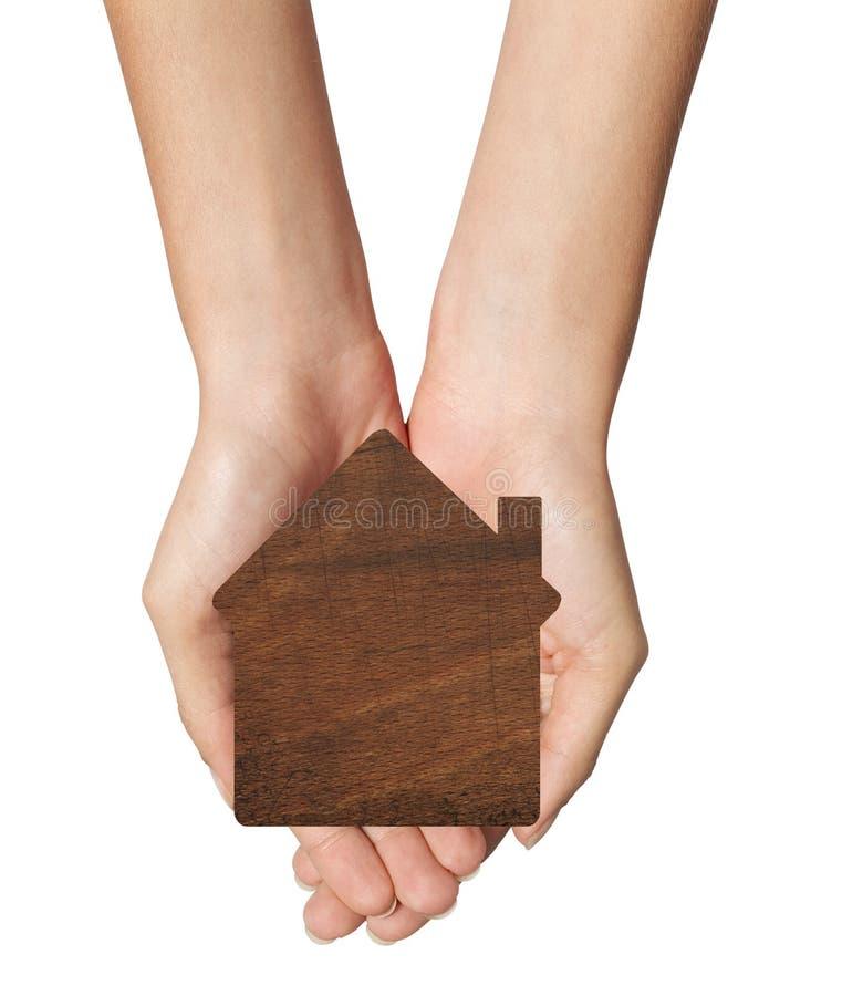Mani femminili che giudicano modello della casa isolato su bianco immagini stock