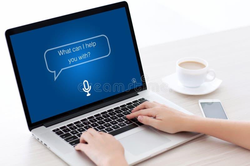 Mani femminili che scrivono la tastiera a macchina del computer portatile con l'assistente personale di app fotografia stock libera da diritti