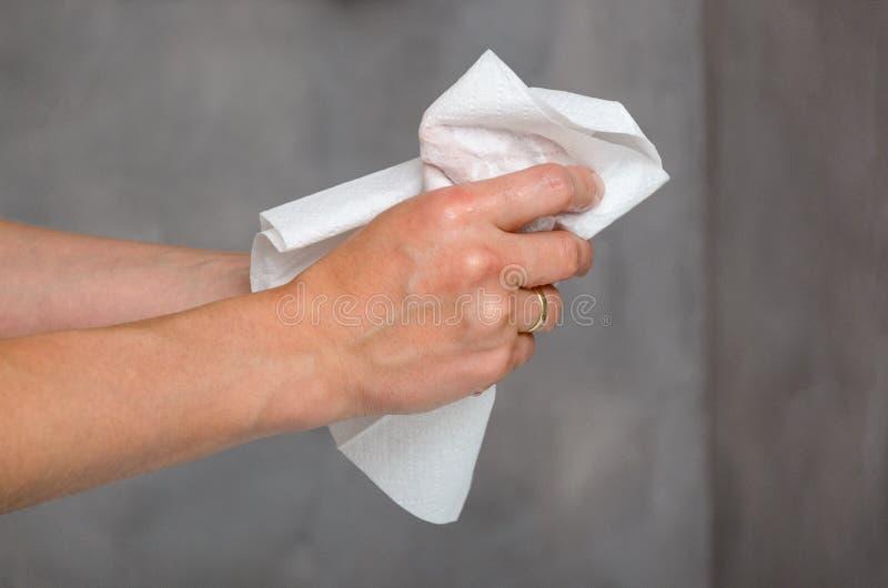 Mani femminili che tengono asciugamano bianco fotografia stock