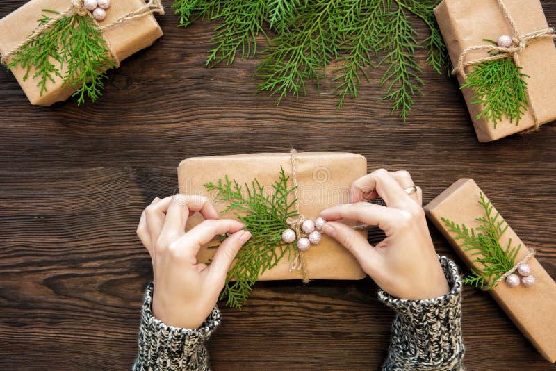 Mani femminili che tengono il regalo di natale fotografie stock