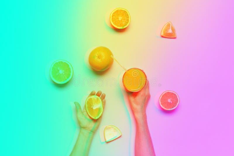 Mani femminili che tengono la frutta arancio tagliata dell'intero succo fotografie stock libere da diritti