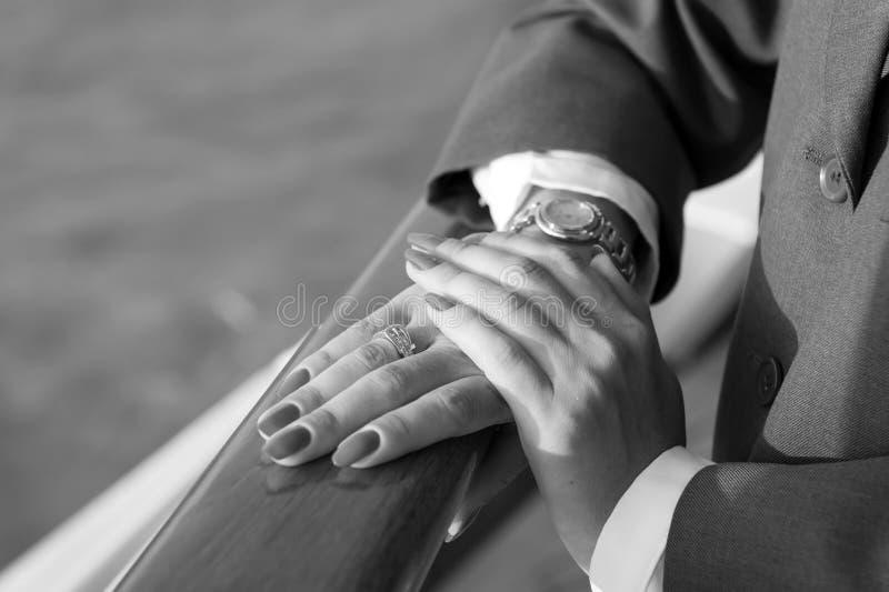 Mani femminili eleganti con il manicure rosso fotografia stock