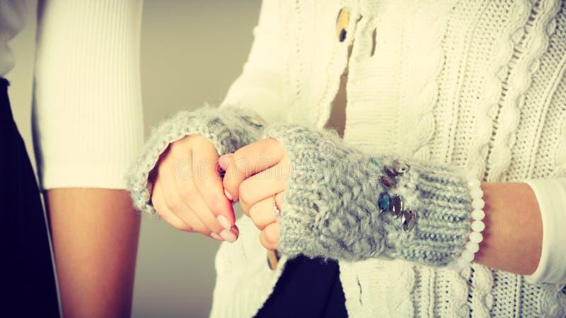 Mani femminili sensibili con i guanti grigi immagini stock