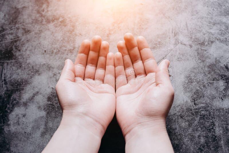 Mani femminili, simbolo d'offerta di aiuto, di protezione e di sostegno Mano amica e concetto di speranza fotografie stock libere da diritti