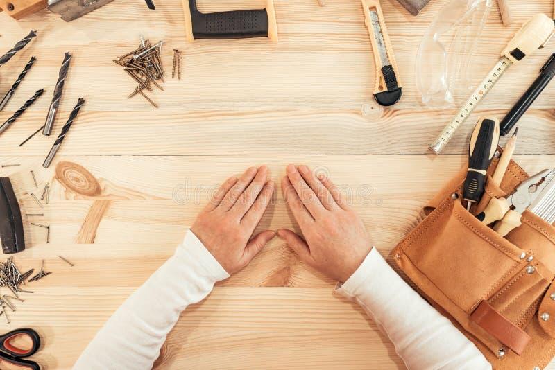 Mani femminili sullo scrittorio del lavoro, vista superiore del carpentiere immagine stock
