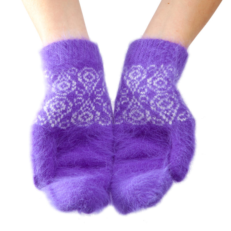 Mani in guanti lilla lanuginosi su un fondo bianco fotografia stock libera da diritti