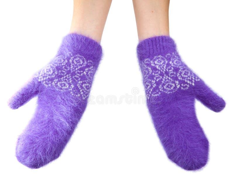 Mani in guanti lilla lanuginosi su un fondo bianco immagini stock libere da diritti