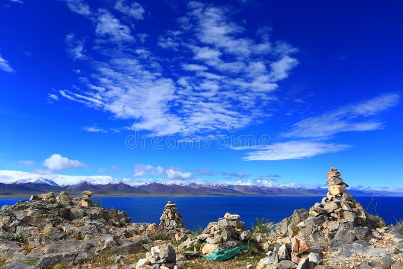 Mani högar bredvid Namtso sjön, Tibet royaltyfri bild