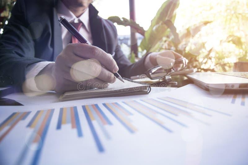 Mani indipendenti dell'uomo d'affari con scrittura della penna sul taccuino fotografia stock libera da diritti
