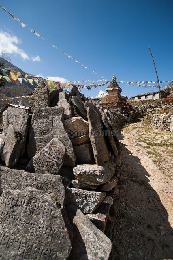 Mani kamienie i Buddyjski stupe lub chorten w himalajach obrazy stock